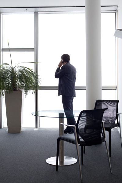 http://www.gwenlebras.com/files/gimgs/21_vienne-homme-debout-telephone.jpg